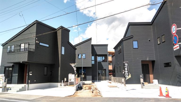 4つの黒い家が並ぶ上志津十字路